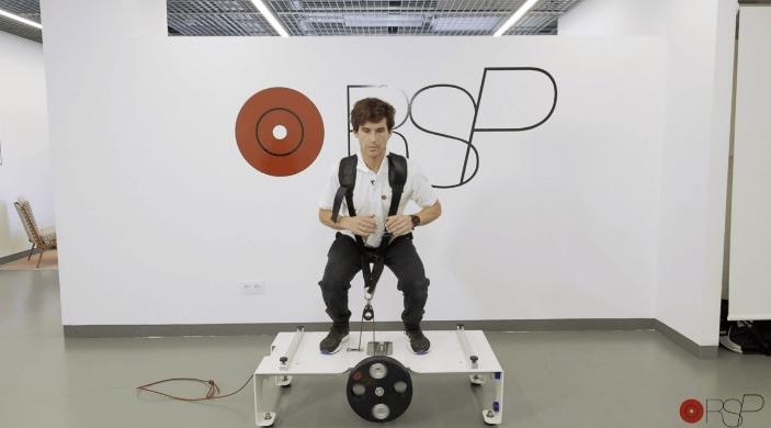 Deportista usando la máquina inercial